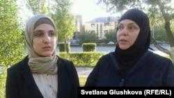 Студентка Политехнического колледжа Лолита Ташухаджиева (слева) и ее мать Хава Гойгова. Астана, 4 сентября 2013 года.