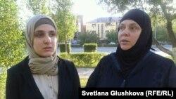 Лолита Ташухаджиева и ее мама Хава Гойгова. Астана, 4 сентября 2013 года.
