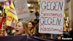 Femrat në Këln të Gjermanisë duke protestuar pas raporteve për vjedhjet dhe sulmet seksuale gjatë festimeve të Vitit të Ri