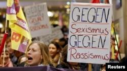 Köln şəhərində qadınlar seksual təcavüzə etiraz edirlər