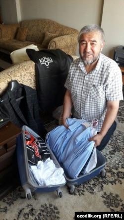 Писатель собирает свой чемодан за день до вылета из Стамбула в Ташкент.