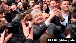 Petro Poroshenko selfi çəkir