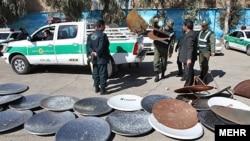 Tehranın şərqində polisin sökdüyü peyk antenaları, 21 fevral, 2012