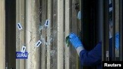 Žena čisti krv sa ulaznih vrata u policijsku stanicu u Zvorniku