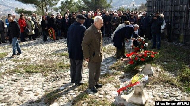Antifašisti polažu cvijeće na Partizanskom groblju u Mostaru