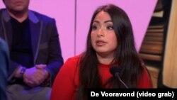 لاله گل در یک برنامه تلویزیونی در مورد کتابش در هلند