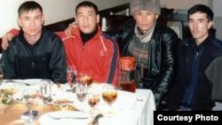 2011 жылы 12 қарашадағы Таразда болған террористік жарылыстан кейін «террористік топ мүшесі» ретінде 25 жылған сотталған Ерғали Зунимов (шеткі сол жақта) пен 21 соттталған Лесбек Дүйсенбиев (шеткі оң жақта). Сурет жеке мұрағаттан алынған.