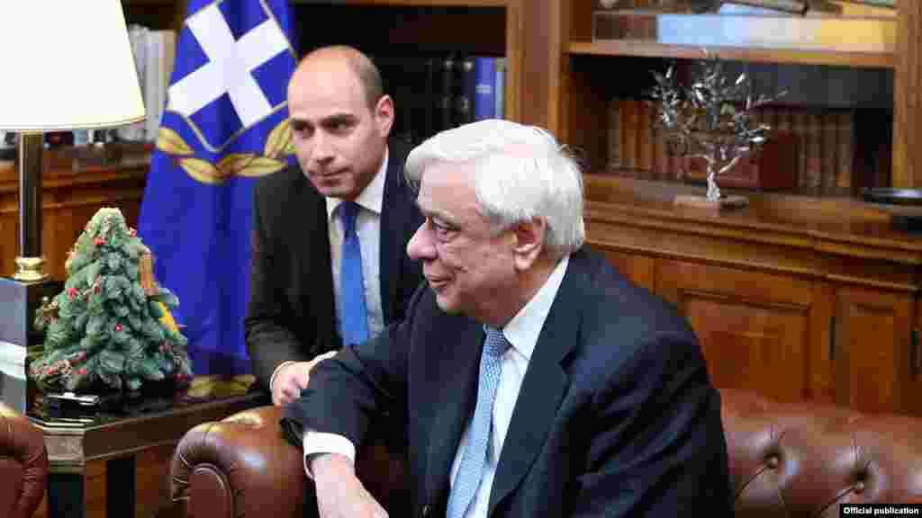 ГРЦИЈА - Грчкиот претседател Прокопис Павлопулос изјави дека промена на Уставот е предуслов за решение за спорот за името, но и обврска кон владеењето на правото, затоа што Меѓународен договор без уставни измени носи и одговорност за премиерот на соседната земја.Според него, потребни се и конкретни гаранции што ќе го елиминираат иредентизмот.