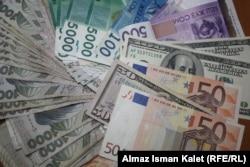 Сомы, евро, доллары.