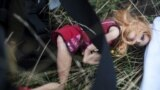 Лялька, що належала дитині зі збитого російською ракетою пасажирського літака Малайзійських авіаліній рейсу МН17. Він впав поблизу села Грабове, Донецька область, 19 липня 2014 року
