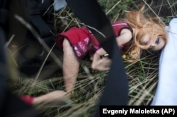 Детская игрушка на месте падения обломков «Боинга». Среди погибших было 80 детей. Окрестности села Грабово, 19 июля 2014 года