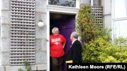 Marianne Stewart u razgovoru sa promotorom u kampanji Frankom Doranom