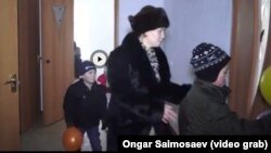 Шолпан Сайымова мен балалары жаңа пәтерлеріне кіріп бара жатыр. Қызылорда, 30 желтоқсан 2015 жыл.
