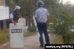 Атыс болған маңда жүрген полицейлер. Ақтөбе, 23 маусым 2012 жыл.
