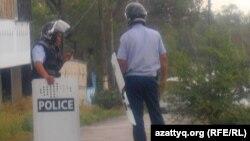 Полицейские рядом с местом, где велась перестрелка. Актобе, 23 июня 2012 года.