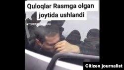 Скриншот видео, на котором запечатлен житель Андижана, запертый в багажник автомобиля марки «Спарк».