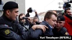 Милиция задерживает организатора акций в защиту прав геев Николая Алексеева