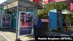 Un afiş electoral cu Victor Ponta într-o staţie de transport public la Chişinău