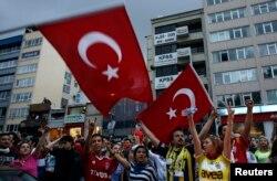 «Fənərbaxça», «Qalatasaray» və «Beşiktaş» azarkeşləri İstanbulda hökumət əleyhinə aksiyalarda - 2 iyun 2013