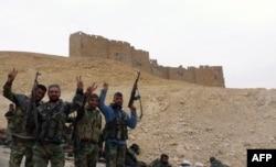 Солдаты Асада на фоне замка Фах-ад-Дина II. 28 марта 2016 года