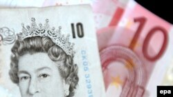 Британці здебільшого мотивують незгоду на євро потребою зберегти національні традиції й тотожність (на фото - банкноти: 10 британських фунтів і 10 евро)