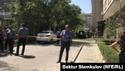 Милиционеры рядом с местом, где произошел взрыв. Бишкек, 10 августа 2018 года.