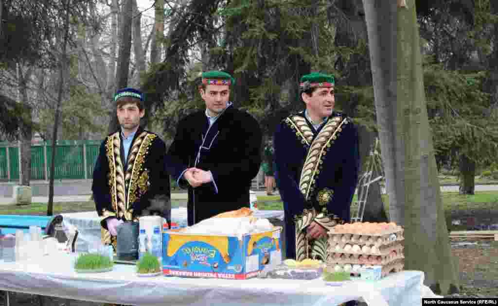 Традиционно в Навруз накрывают праздничный стол