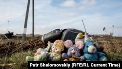 Игрушки, собранные с разбившегося на Украине малайзийского лайнера