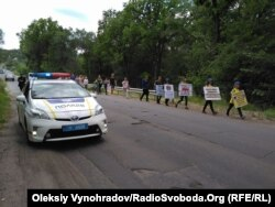 Митингующие пешком преодолели почти 10 киллометров от Лисичанска до Северодонецка
