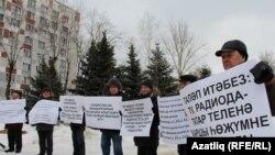Татар телен яклап пикетка чыккан татар активистлары