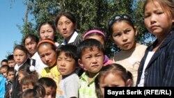 Дети оралманов, которые не пошли в школу в селе Есиль Карагандинской области. 2 сентября 2010 года.