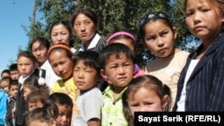 Есіл ауылындағы мектепке бармаған оралман отбасыларының балалары. Қарағанды облысы, 2 қыркүйек 2010 жыл. (Көрнекі сурет)