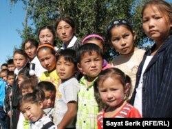 Есіл ауылындағы мектепке бармаған оралман отбасыларының балалары. Қарағанды облысы, 2 қыркүйек 2010 жыл
