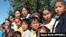 Есіл ауылындағы мектепке бармаған оралман отбасыларының балалары. Қарағанды облысы, 2 қыркүйек 2010 жыл. Көрнекі сурет