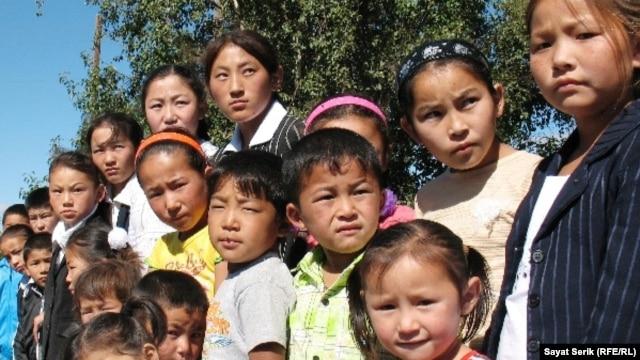 Оралман отбасыларының балалары. Қарағанды облысы, 2 қыркүйек 2010 жыл. (Көрнекі сурет)