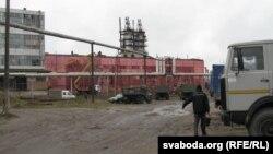 Тэрыторыя заводу хімічнай крэйды з ружовай сеткай на сьцяне