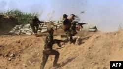 Ирак армиясынын курамындагы суннит отряды ИМдин согушчандары менен Байжи мунай ишканасынын жанында салгылашууда. 25-май 2015
