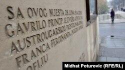 Sarajevo, spomen ploča na mjestu ubistva austrougarskog prestolonasljednika Franca Ferdinanda i njegove supruge Sofije, što je bilo povod za početak Prvog svjetskog rata