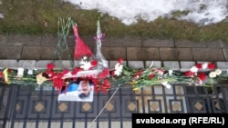 Каля расейскай амбасады ў Менску год таму, пасьля забойства Барыса Нямцова.