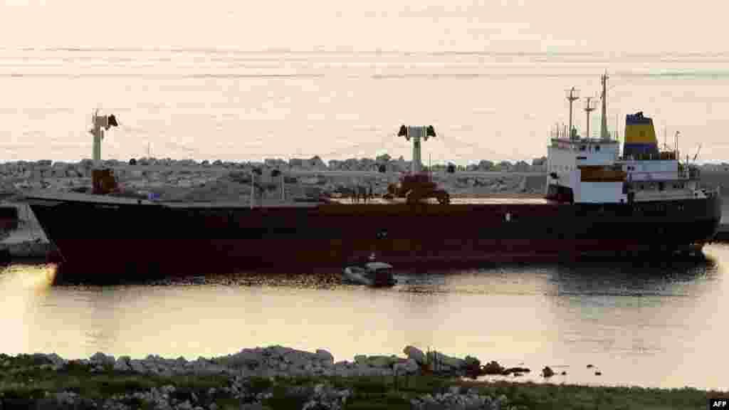 Перехваченное ливанскими властями судно, якобы перевозившее оружие для сирийских повстанцев.