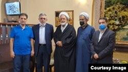 عکسی که سیام شهریور ۹۹ از مهدی کروبی منتشر شده، در کنار غلامحسین کرباسچی (نفر دوم از سمت چپ) و محمد قوچانی (نفر اول از سمت راست)