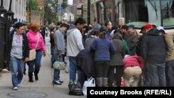 Люди столпились возле удлинителей, привезенных спасателями. Нью-Йорк, 1 ноября 2012 года.