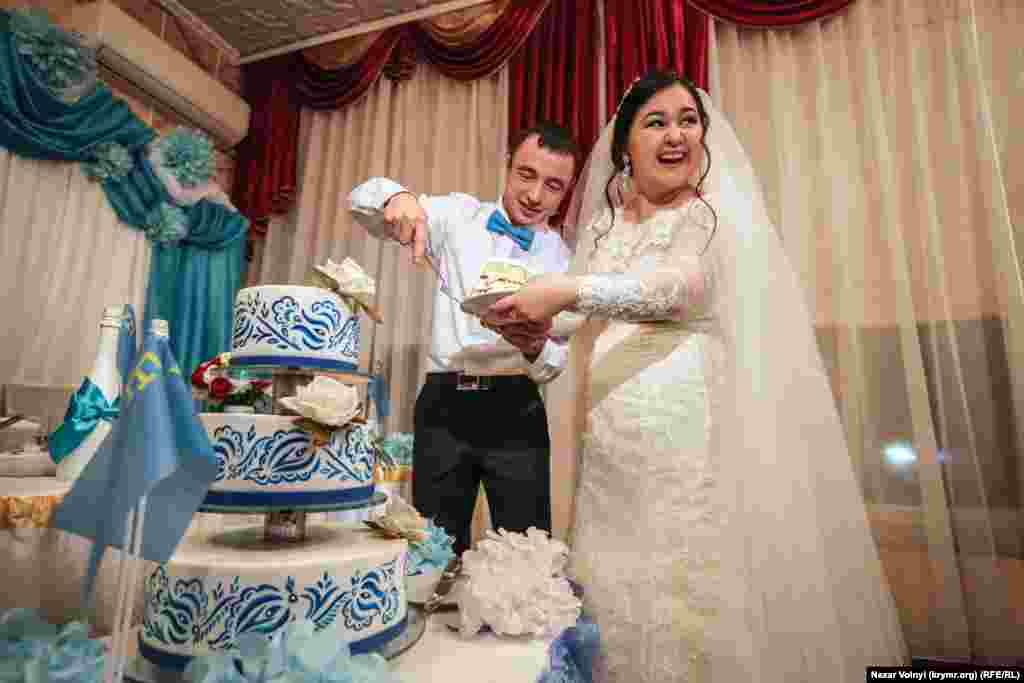 Kelin-kiyev tortnı kesip, birinci tilimni ana-babasına sayğı köstermek içün bereler. Bizim gençlerimiz milliy bezeklernen tatlı sımarladılar