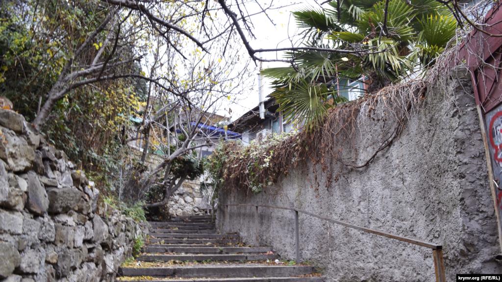 Перпендикулярно Трудовой по склону холма поднимается небольшая, но очень живописная улица Макаренко