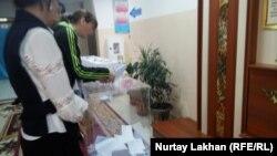 Последний избиратель на участке перед его закрытием в Илийском районе Алматинской области. 9 июня 2019 года.