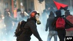 Греція -- зіткнення молоді з поліцією під час масових заворушень в Салоніках, 10 грудня 2008 р.