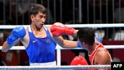 Асланбек Шымбергенов (көк формада) индонезиялық қарсыласымен бокстасып жатқан сәт. Джакарта, 24 тамыз 2018 жыл.