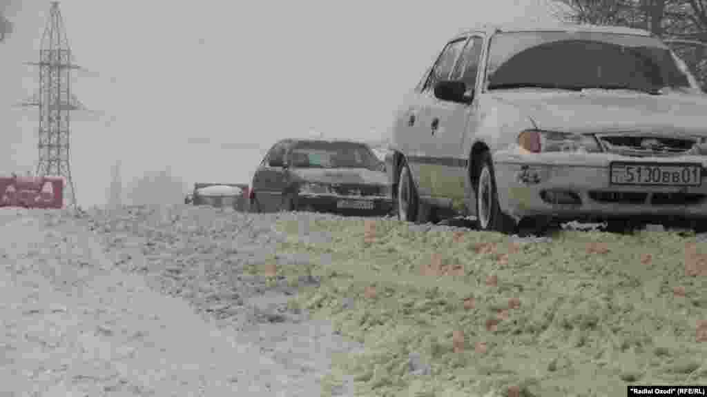 Snow slows traffic in Dushanbe, Tajikistan.