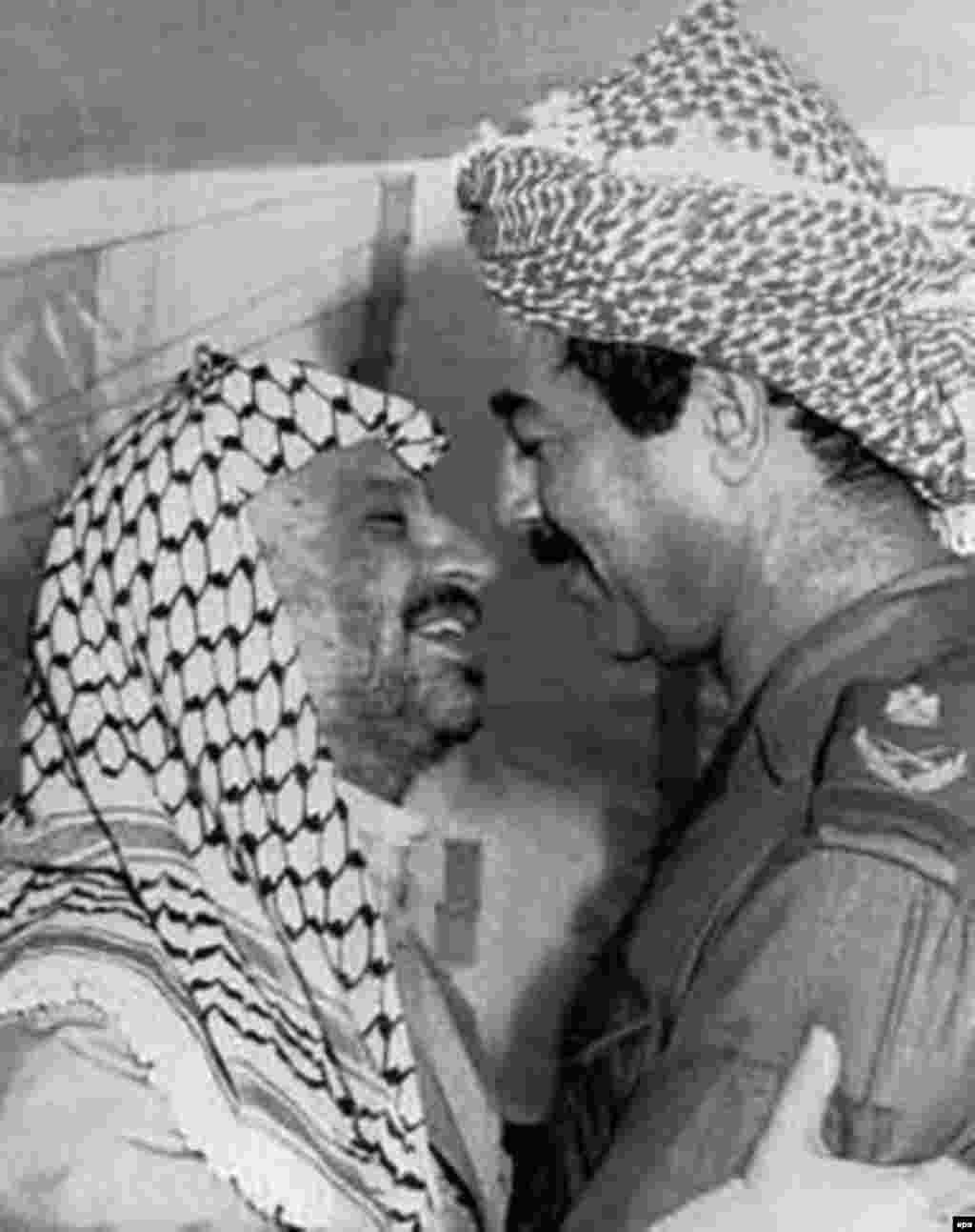 Iraq -- Saddam Hussein (right) with Palestinian leader Yasser Arafat, Baghdad, 25Sep1980 - Xösäyen (uñda) Fälästin citäkçese Yasir Arafat belän, Sintäber 1980. Farsı Qultığı suğışı waqıtında Arafat Xösäyenne xuplağan berdän-ber ğaräp citäkçese buldı. (epa)