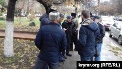 Крымчане собираются у здания Киевского районного суда Симферополя